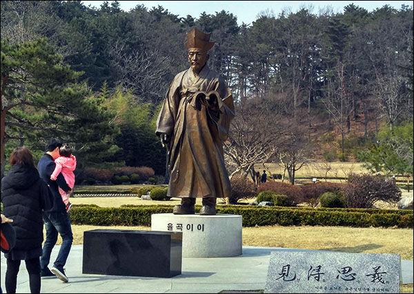 오죽헌 뜰에 있는 율곡 동상