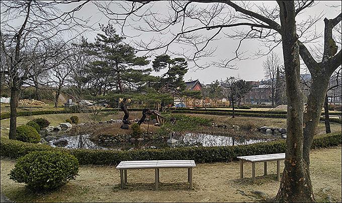 오죽헌 뜰의 작은 호수