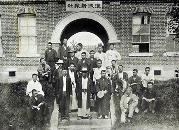 한성신보 건물 앞에선 명성황후 살해가담자들(위키피디어)