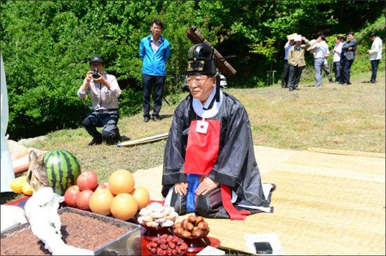 김석환 홍성군수가 보개산 '산제바위'에서 기우제를 지내고 있다.(홍성군 제공)