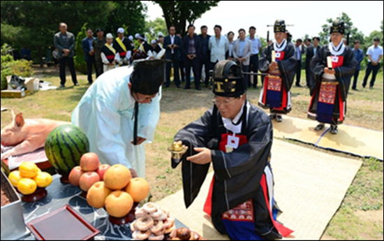 기우제를 지내는 충남 홍성의 김석환 홍성군수 [홍성군 제공]
