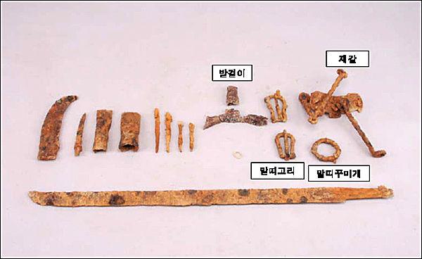 '장수 동촌리 고분군'에서 촐토된 마구류와 철제 무기류