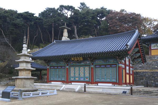 대조사 주불전인 원통전과 삼층석탑, 그 위에는 미륵불이 있다.