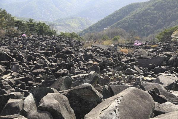만어사 앞에 펼쳐진 너덜바위 계곡