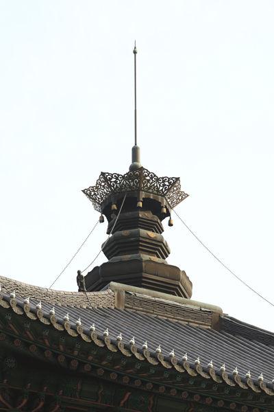 보탑사 3층 지붕 위는 상륜부 높이가 10m에 달하는 구조이다.