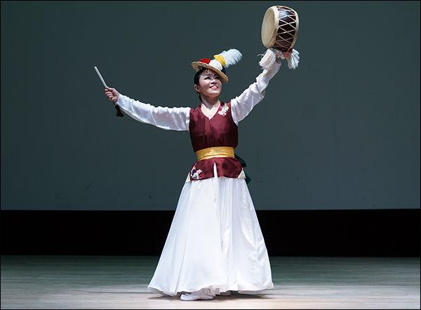 버꾸춤을 추는 김윤미 명인