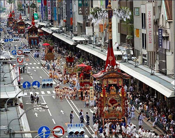 길게 이어지는 2017년 기온마츠리 가마행렬 모습