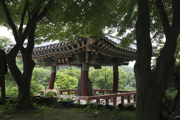 개심사 종각, 기둥의 나무들이 자연스럽게 굽은 나무들이라 더욱 자연스럽다.