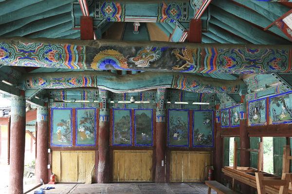 안양루 내부 모습, 자연스러운 대들보와 다양한 불화로 가득하다.
