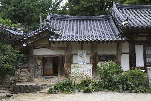 개심사 종무소, 기둥과 보가 자연스럽게 굽은 나무로 되어있으며, 지붕의 구조 또한 한국에서만 볼 수 있는 구조이면서도 오직 개심사에서만 볼 수 있는 특이한 구조임