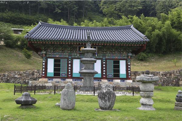 백장암 대웅전과 석탑