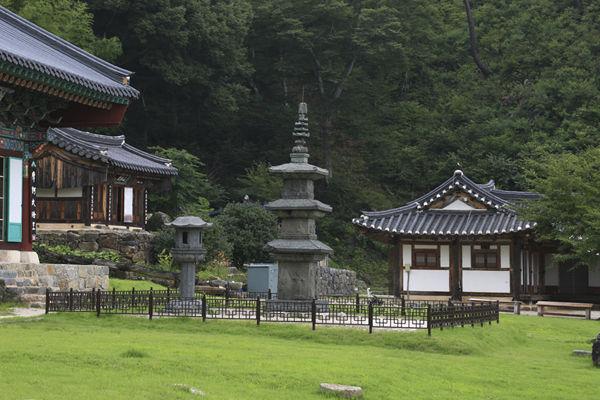 백장암 내부 전각과 석탑