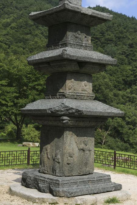 석탑의 측면 모습, 탑신에는 난간도 있고, 호법신장들이 세밀하게 새겨졌다.
