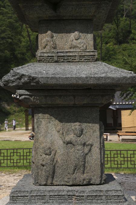 석탑의 탑신에는 각층마다 4면에 조각상이 있다.