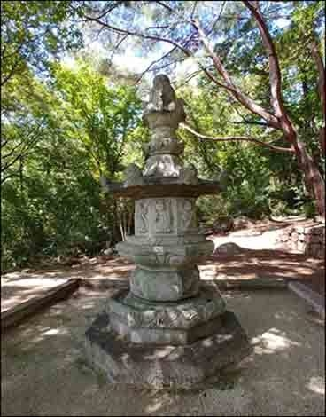 소요대사탑(보물 제 154호)은 조선시대 세운 것으로 탑몸체에, 탑의 주인과 연대가 또렷이 새겨져 있다