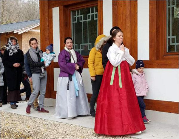 관세음보살을 외며 새법당 건물을 도는 신도들, 한복을 곱게 차려입은 헝가리 신도들이 인상적이다.