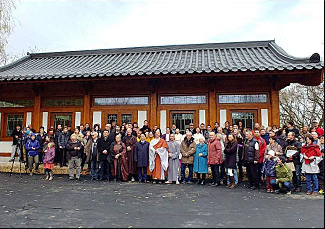 원광사 새법당 낙성식에 참가한 내빈과 신도들, 가운데가 주지 청안스님