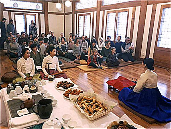 2부 행사의 하나인 선차(禪茶)시연 모습, 선차시연은 초의차문화연구원 김은영 씨가 맡았으며 참석자들의 큰 손뼉을 받았다.