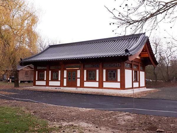 헝가리 에스테르곰에 있는 원광사에 새로 준공된 새법당(큰방 및 종무소) 정면의 단아한 모습. 한국의 한옥설계도에 따라 100% 헝가리 목수와 기술자들이 지었다.