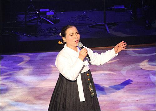 공주아리랑보존회 남은혜 명창이 '북간도 아리랑'을 부르는 모습