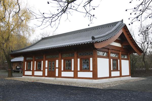 헝가리 원광사 준공된 새법당(큰방 및 종무소), 한국식 전통한옥을 구현하고자 무척 노력하였다. 한국건축의 아름다움은 지붕 곡선에 있으나, 유럽인들의 눈에는 그게 쉽게 적용되지 않는 듯하다. 곡선이 없는 지붕이 조금 아쉽다.