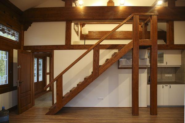 종무소 내부 다락으로 오르는 계단, 지붕아래 공간을 활용하기 위하여 헝가리 목수가 아이디어를 내었다.