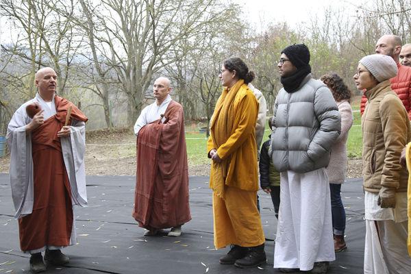 준공식에 참석한 손님들 앞에서 설명하는 청안스님