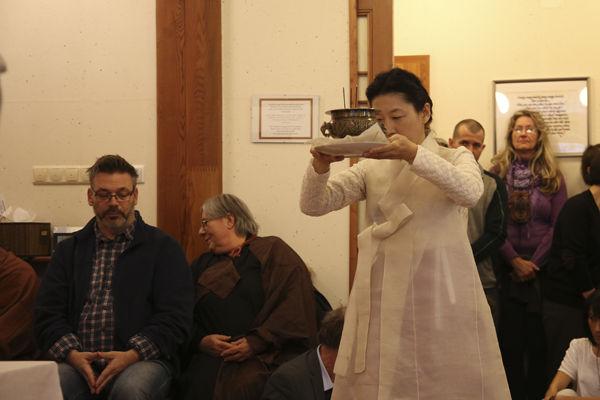 준공식을 축하하며 부처님께 올리는 육법공양 중 향공양은 초의차문화연구원 이주미 씨가 맡았다.
