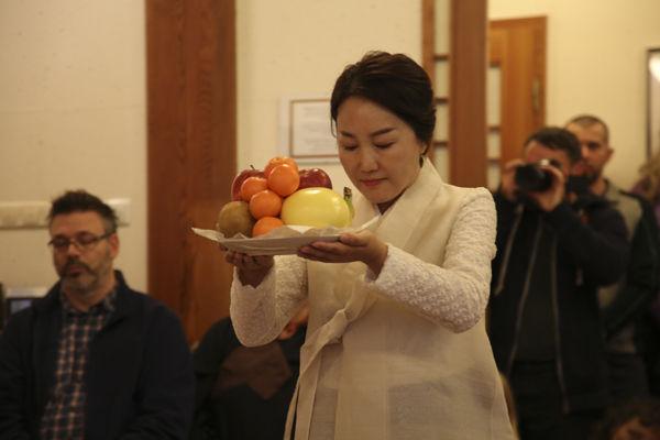 육법공양 중 과일공양은 초의차문화연구원 윤희주 씨가 맡았다.