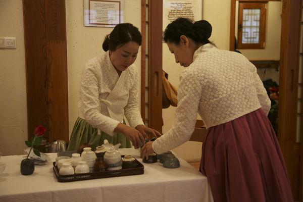 축하하러 온 손님들에게 차를 대접하기 위해 준비하는 ' 초의차문화연구원' 의 연구원들