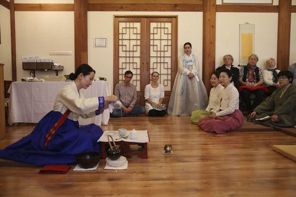 1부 새법당(큰방 및 종무소) 낙성식에 이어 2부 행사에서는 선차(禪茶)시연이 있었다. 선차시연은 '초의차문화연구원' 김은영 씨가 맡았다.