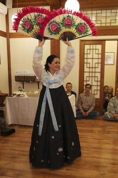 헝가리 무용수의 한국무용 축하공연, 본래 발레댄서였으나 한국전통문화에 푹 빠져 3년 전부터 한국무용을 배웠다고 한다.
