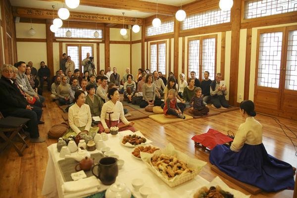 선차(禪茶)시연 모습, 앞 테이블에는 손님들을 대접하기 위한 다례준비가 되어 있다.