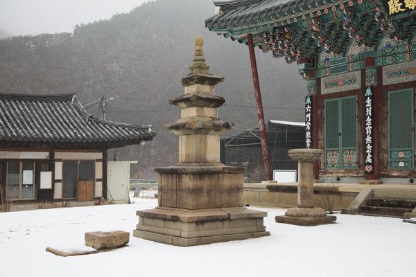 삼층석탑을 중심으로 요사채와 극락전이 있다.