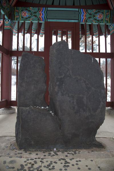보호각내 보각국사 비석, 무슨 원한이 있었는지, 비석을 깨고, 글자를 쪼아내어 비석의 글을 전혀 알 수 없도록 깨부셨다. 조선시대 선비들의 불교에 대한 배척이 얼마나 심각했는지 단편적으로 알 수 있는 증거로 생각된다.