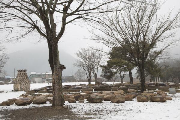 인각사터에서 발굴된 석조유물들을 모아놓은 모습