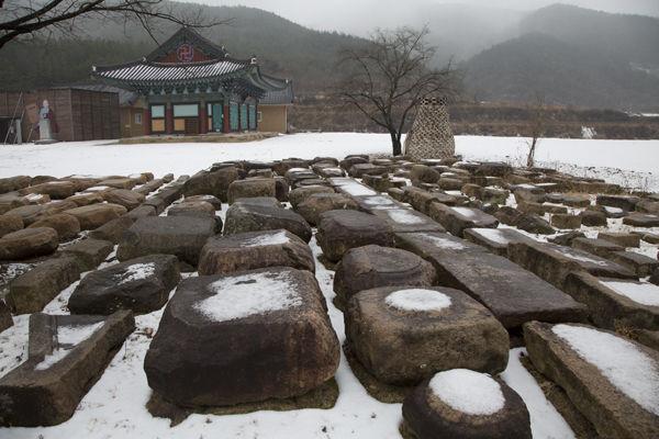 인각사터에서 출토된 건축물의 주춧돌 기단석 등 석물들