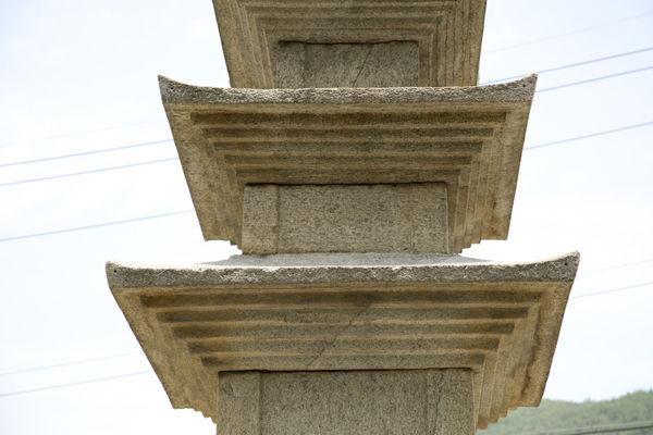 1, 2, 3층 탑신과 옥개석, 옥개석은 지붐돌로 기와지붕을 간략화 한 모습이며, 그 처마에는 공포를 간략화한 주름이 각 층마다 5단이 있다.