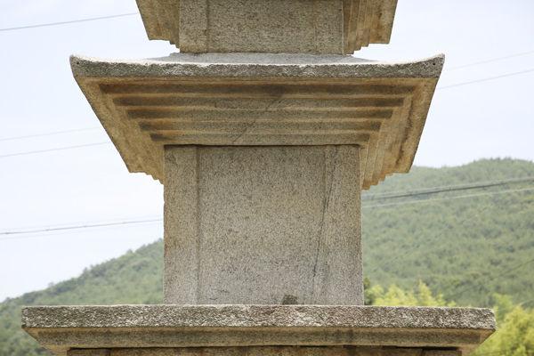 2층 기단 위 1층 탑신석과 옥개석 아랫부분, 1층 탑신석의 귀기둥을 명확하게 드러나게 돋을 새김하였다.