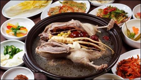한국의 전통적인 여름 보양식품 삼계탕