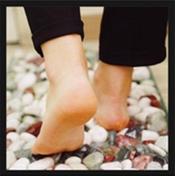 맨발로 자갈밭을 걸으면 말초순환을 극대화 할 수 있다.