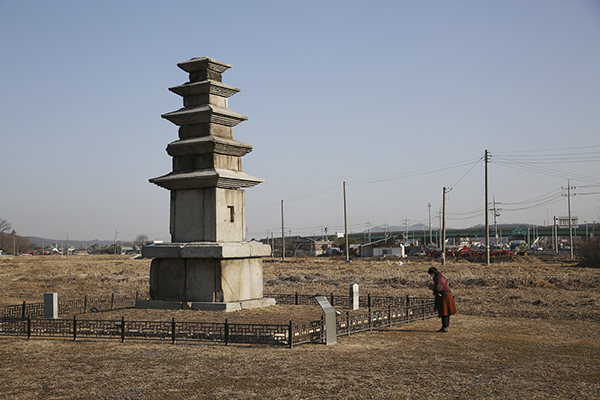 오층석탑 기단의 높이가 어른 키와 같은 높은 석탑으로, 오층석탑은 삼국시대 삼층석탑에서 변하여 고려시대에 나타난 석탑의 유형이다.