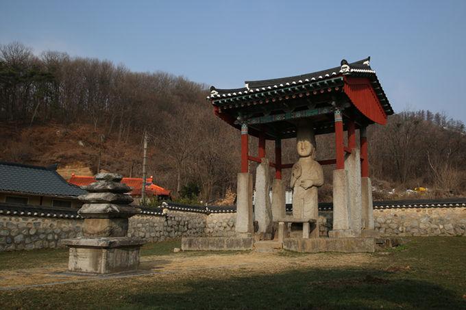 마을 중간에 있는 안성시 죽산면 매산리 석불입상과 오층석탑