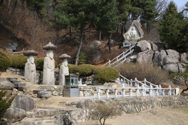 궁예미륵불로 불리는 삼존석불(왼쪽)과 최근 조성한 명상에 잠긴 석가모니불(오른쪽 멀리)