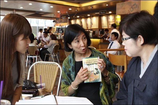 일본을 피해국으로 그린 《요코 이야기》 영어판을 들고 문제점을 설명하는 아그네스 안 박사. 왼쪽은 통역사 최서영 씨, 가운데 아그네스 안 박사, 오른쪽 필자(2012.7.3.)